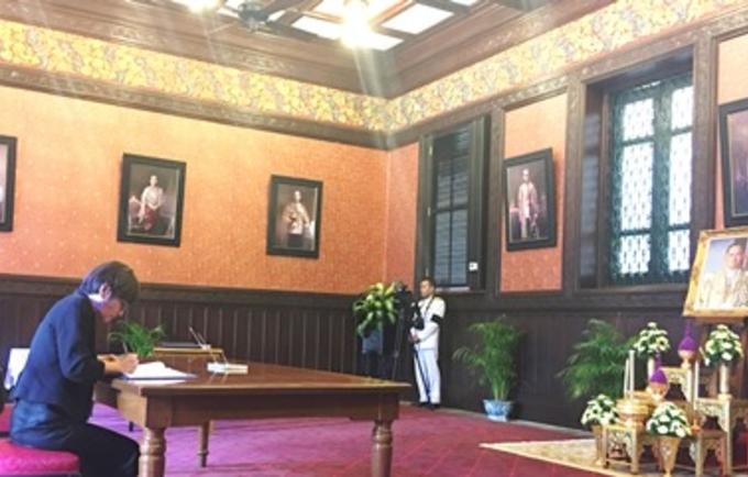 UNFPA Asia-Pacific Regional Director Yoriko Yasukawa signs the Book of Condolence for King Bhumibol Adulyadej at the Grand Palace in Bangkok (October 21, 2016)