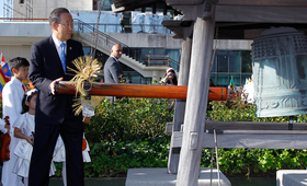 Secretary-General Ban Ki-moon rings the Peace Bell at the annual ceremony held at UN headquarters in observance of the International Day of Peace (21 September)